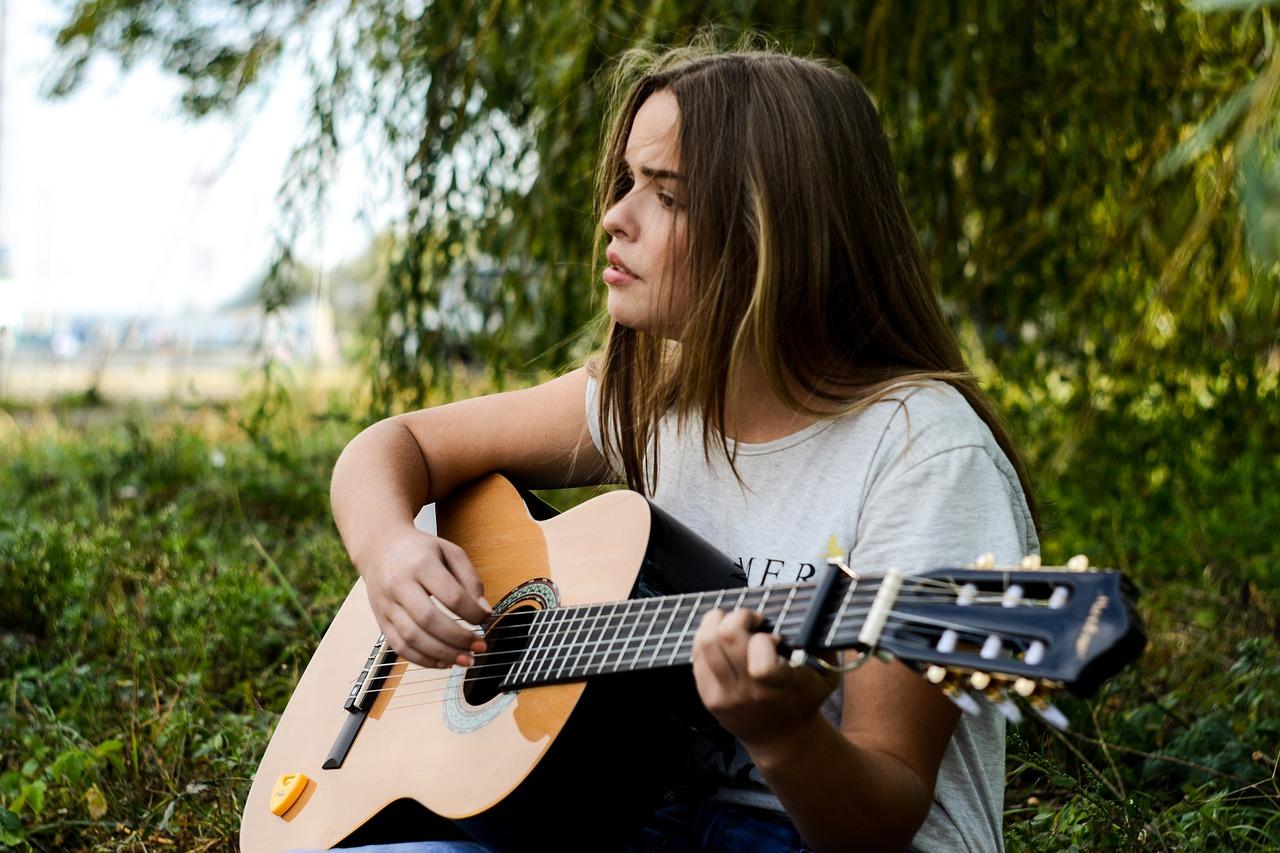 adolescente tocando la guitarra granja escuela albitana