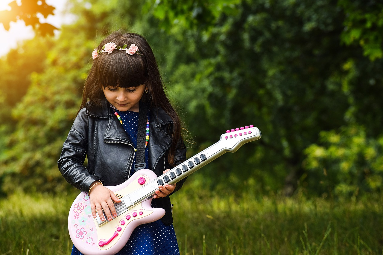 niña tocando la guitarra granja escuela albitana