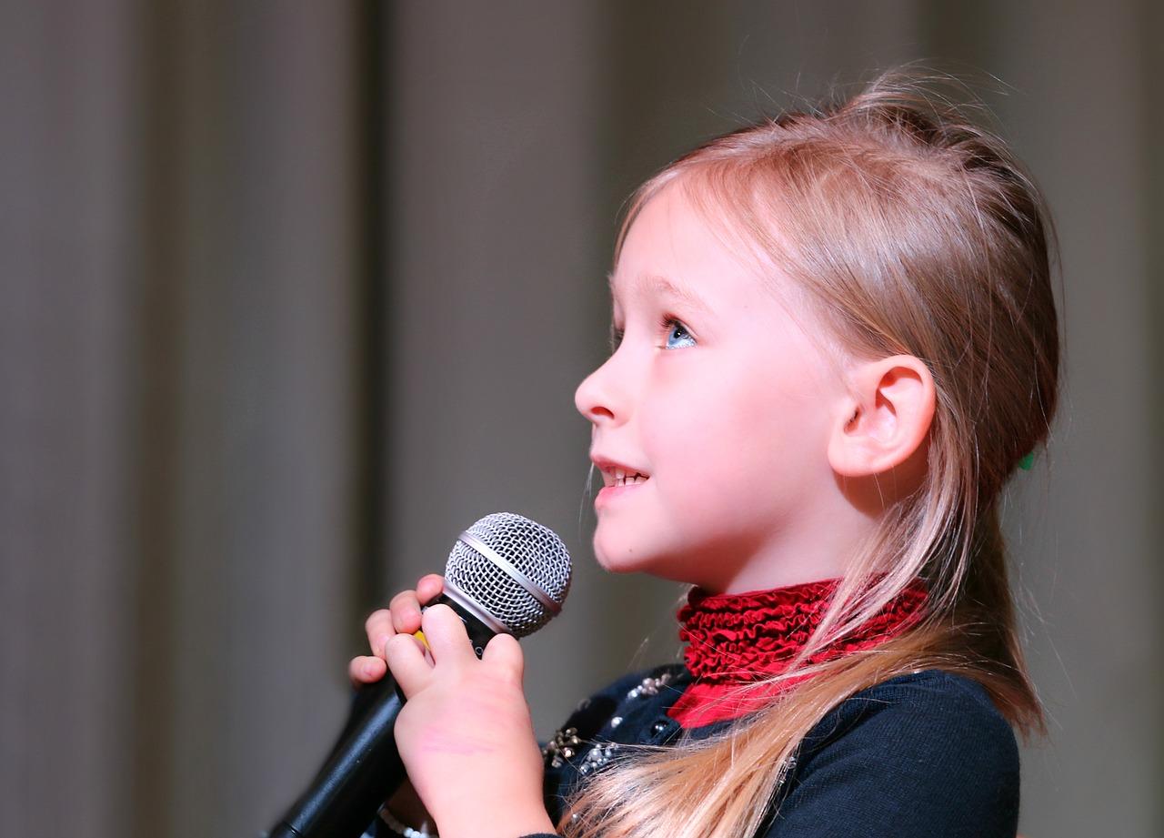 niña karaoke cantando música para los niños granja escuela albitana