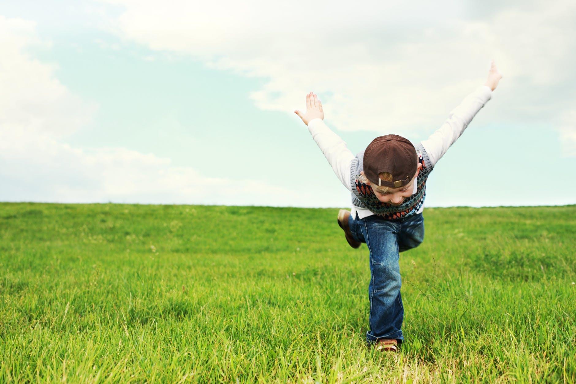 niño saltando, granja escuela albitana