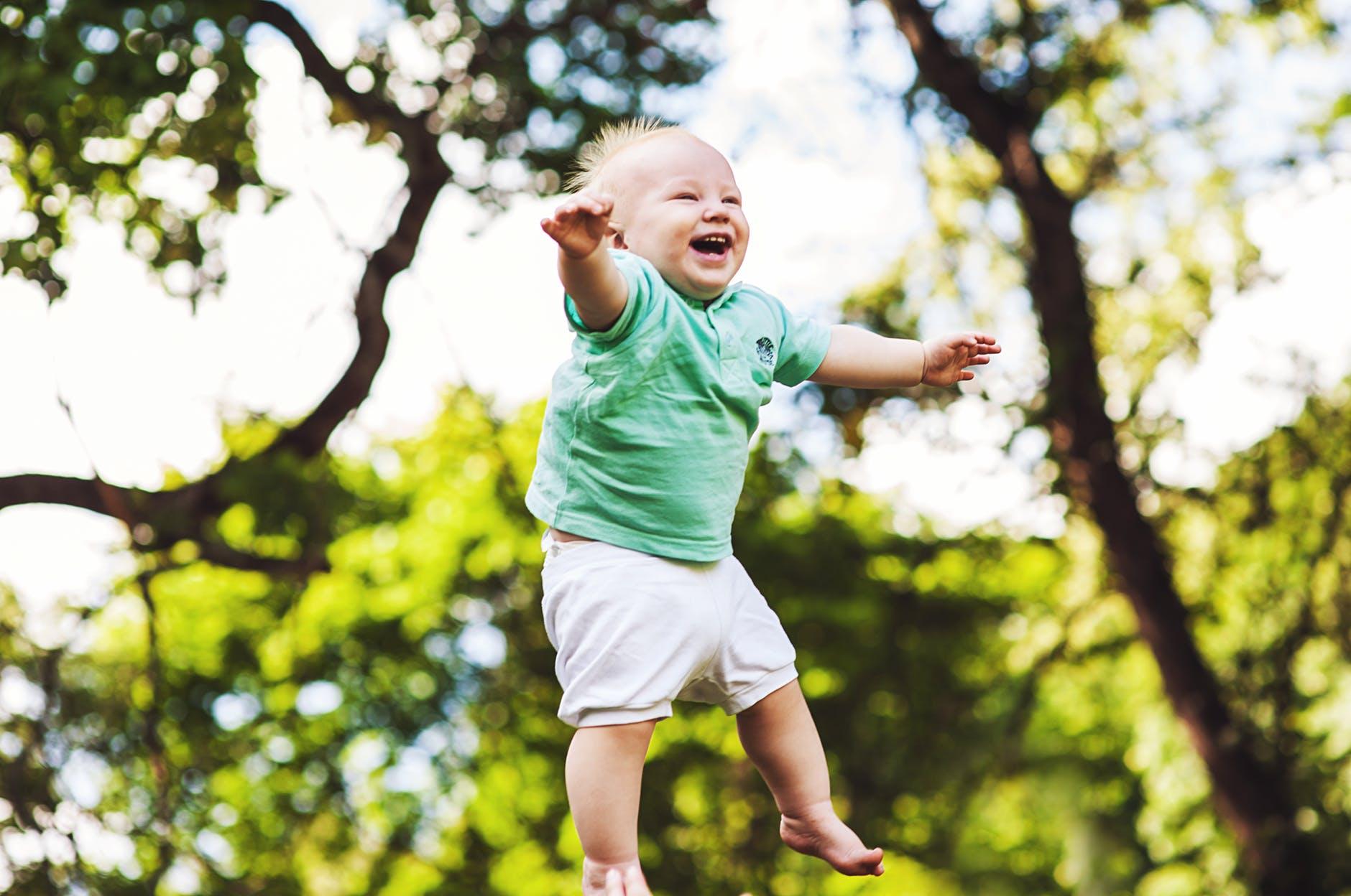 Niño bailando en granja escuela albitana